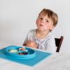 Ezpz Happy mat δίσκος και πιάτο σε ένα μπλε
