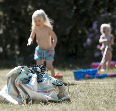 Νέο Play & Go από αδιάβροχο υλικό και με πρακτικό ιμάντα ώμου, που το καθιστούν ακόμη ιδανικότερο για την παραλία, την εκδρομή, και τις χρήσεις εξωτερικού χώρου. Το Play & Go Outdoor είναι η ιδανική λύση για να πάρετε μαζί σας ό,τι θα χρειαστείτε για μια μέρα στην παραλία, το πάρκο ή για ένα υπέροχο πικνίκ. Απλώστε το κάτω, για να καθίσετε ή να παίξετε πάνω σε αυτό. Και αν το έδαφος είναι βρεγμένο, δεν υπάρχει κανένας λόγος ανησυχίας, καθώς η σύνθεση του Play & Go θα φροντίσει να κρατήσει μακριά την υγρασία. Πλένεται στο πλυντήριο στους 30°C.