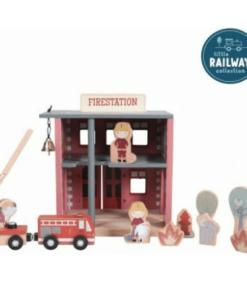 Υπάρχει πουθενά φωτιά; Ανοίξτε γρήγορα τις πόρτες και αφήστε το πυροσβεστικό να περάσει. Ωχ όχι! Ένα γατάκι είναι κολλημένο πάνω σε ένα δέντρο! Ευτυχώς, οι πυροσβέστες έρχονται γρήγορα στη διάσωση. Αυτός ο ξύλινος πυροσβεστικός σταθμός είναι ένα από τα πολλά παιχνίδια που μπορούν να συνδεθούν με το σιδηροδρομικό σετ της Little Dutch. Οι ξύλινες φιγούρες και τα αξεσουάρ έχουν λεπτομερείς εικόνες και στις δύο πλευρές τους. Δεν περιλαμβάνονται ράγες σε αυτό το σετ.